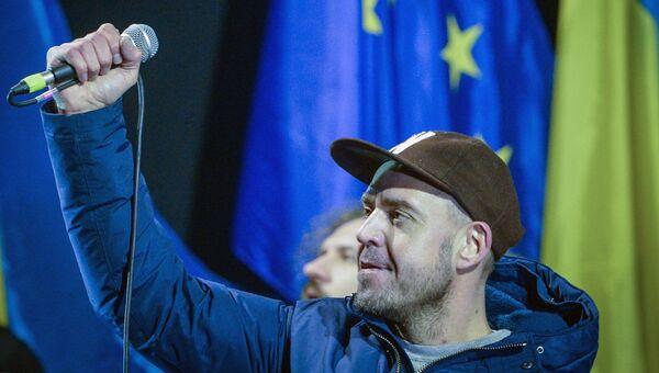 Лидер группы Ляпис Трубецкой Сергей Михалок выступает на площади Независимости в Киеве. Архивное фото