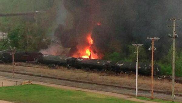 Поезд сошел с рельсов и загорелся в американском штате Виргиния, 30 апреля 2014