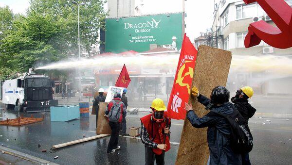 Полиция разгоняет первомайскую демонстрацию в Стамбуле