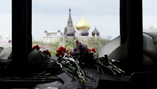 Цветы в память о погибших во время пожара в Доме профсоюзов. Архивное фото