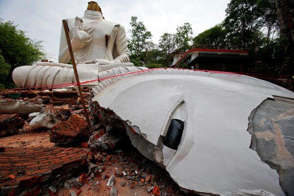 Статуя Будды, поврежденная в результате землетрясения на севере Таиланда