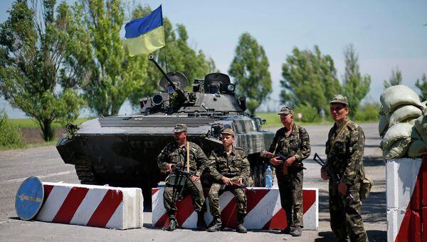 Украинские военные на блок-посту на окраине Мариуполя, 11 мая 2014