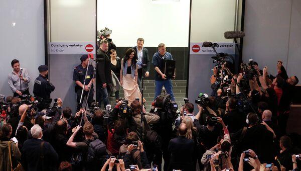 Кончиту Вурст встречают в аэропорту Вены, Австрия