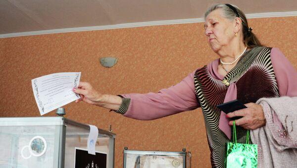 Жительница Донецка голосует на референдуме о статусе самопровозглашенной Донецкой народной республики
