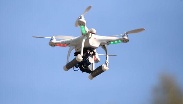 Беспилотный летающий аппарат. Архивное видео.