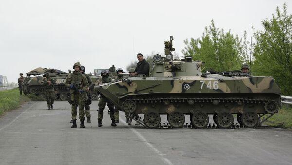 Украинские военные на дороге под Краматорском, архивное фото