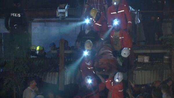Спасатели на носилках эвакуировали пострадавших в аварии на шахте в Турции