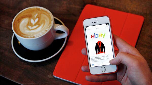 Страница интернет-магазина eBay на экране телефона, архивное фото