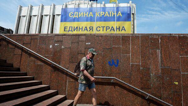 Мужчина спускается в подземный переход у Украинского дома в Киеве