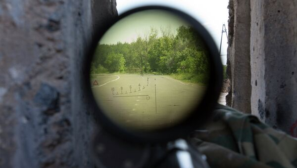 Вид сквозь снайперскую винтовку. Архивное фото
