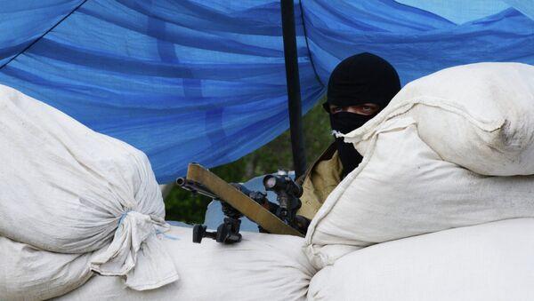 Боец народного ополчения Донбасса на блокпосту в Донецке. Архивное фото
