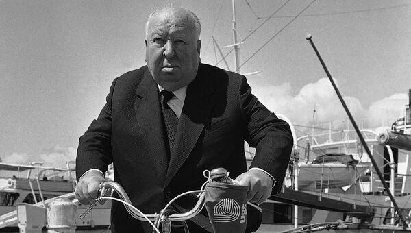 Мастер саспенса режиссер Альфред Хичкок на своем велосипеде направляется на Каннский кинофестиваль, 15 мая 1972 года