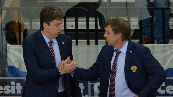 Главный тренер сборной России Олег Знарок (справа) и ассистент главного тренера Харийс Витолиньш
