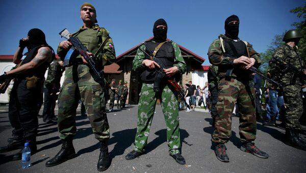 Сторонники ДНР у резиденции бизнесмена Рината Ахметова в Донецке