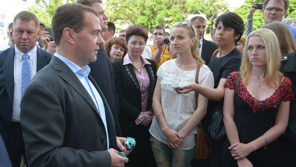 Председатель правительства РФ Дмитрий Медведев во время общения с жителями Севастополя