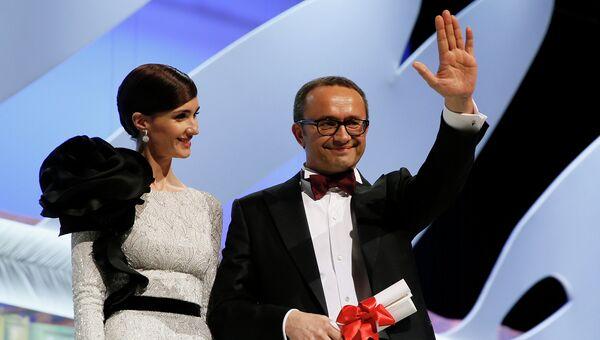 Режиссер Андрей Звягинцев получает награду от актрисы Пас Вега за лучший сценарий к фильму Левиафан во время церемонии закрытия 67-го Каннского кинофестиваля