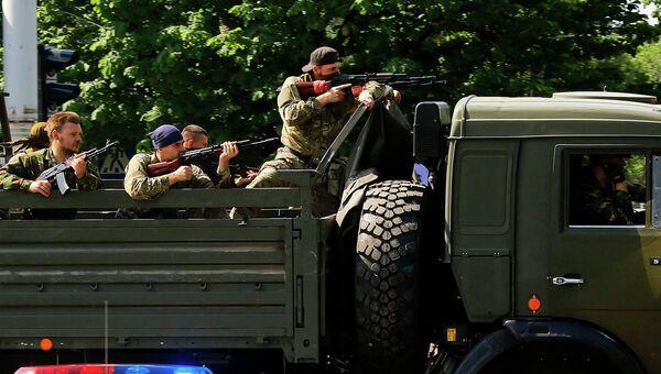 Бойцы ДНР возле международного аэропорта в Донецке