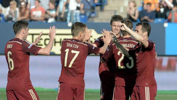 Футболисты сборной России радуются голу в товарищеском матче против словаков