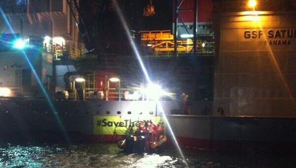 Активисты Greenpeace заблокировали платформу Газпрома в голландском порту