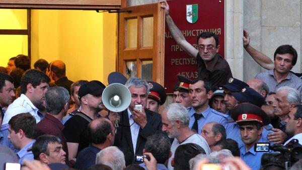 Оппозиционеры ворвались в администрацию президента Абхазии, архивное фото