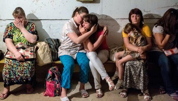 Учащиеся школы укрываются от артобстрела в подвале школы в Славянске