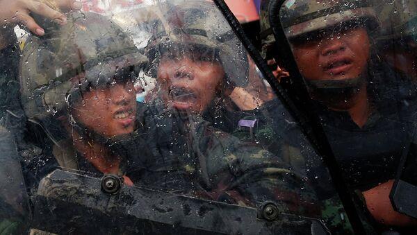 Солдаты во время столкновения с протестующими в Бангкоке