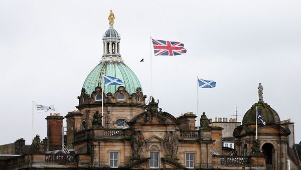 Британский и шотландский флаги на здании банка Lloyds в Эдинбурге. Шотландия в ожидании референдума. Архивное фото