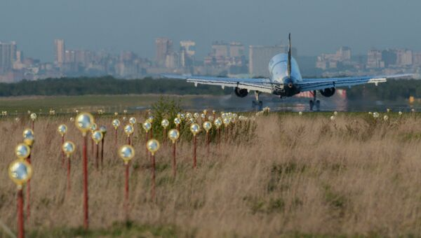 Самолет во время посадки в аэропорту Толмачево. Архивное фото