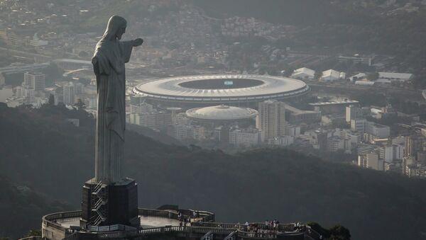 Вид на статую Христа Спасителя и стадион Маракана в Рио-де-Жанейро. Архивное фото