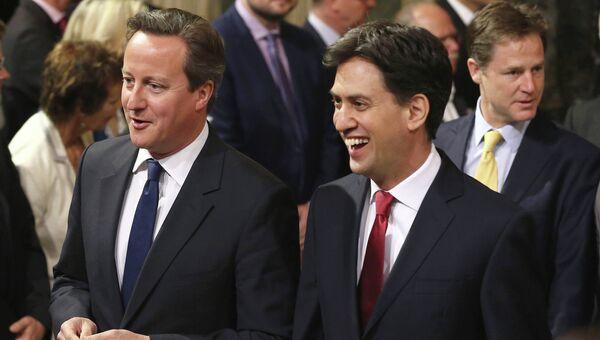 Премьер-министр Великобритании Дэвид Кэмерон (слева) и Эд Милибэнд, лидер оппозиционной Лейбористской партии
