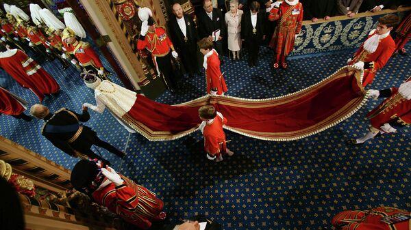 Королева Елизавета II и принц Филипп во время открытия сессии государственного парламента