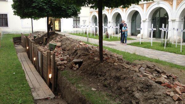 Символическое кладбище с фото и краткими сведениями погибших во дворе выставки Медиа и пропаганда Первой мировой войны в Вене. Архивное фото