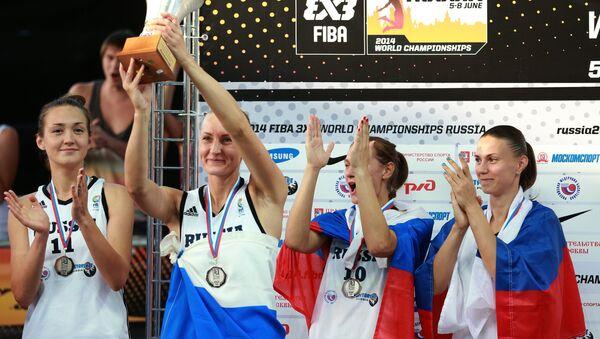 Игроки сборной России, занявшие второе место на чемпионате мира по баскетболу 3х3 среди женщин, во время церемонии награждения.