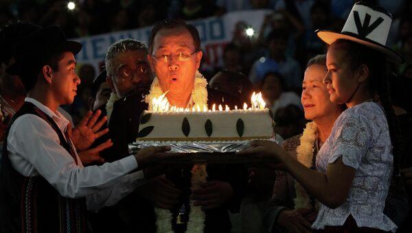 Пан Ги Мун задувает свечи на торте в свой 70-летний юбилей