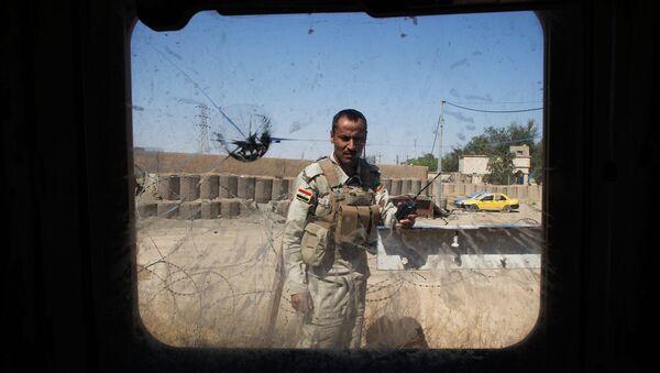 Иракский солдат виден сквозь окно бронированного автомобиля. Архивное фото
