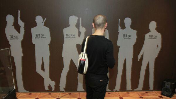 Посетитель у экспоната Фигуры актеров-исполнителей роли агента 007 Джеймса Бонда