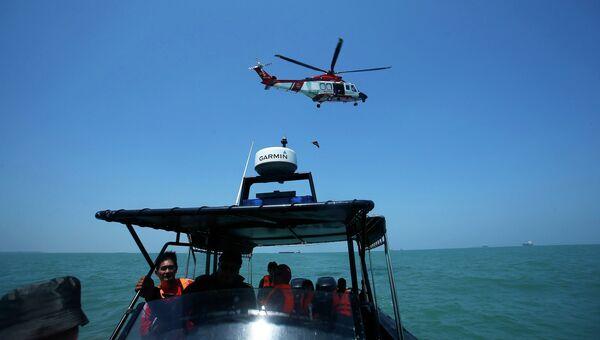 Спасатели на месте крушения судна у берегов Малайзии