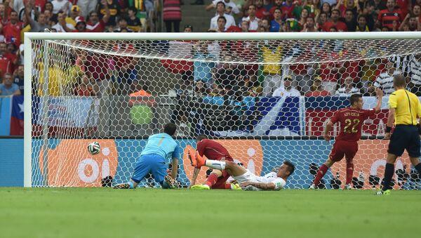 Гол в ворота сборной Испании в матче группового этапа чемпионата мира по футболу 2014 между сборными командами Испании и Чили