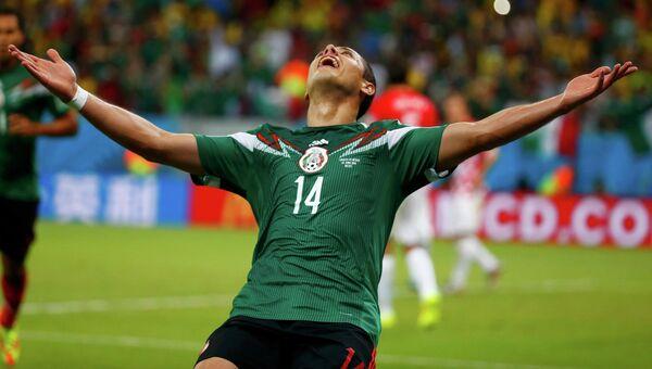 Игрок сборной Мексики Хавьер Эрнандес в матче против сборной Хорватии на ЧМ-2014