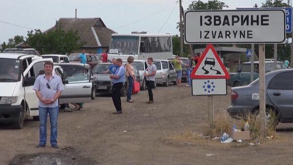 Беженцы стояли в очереди, чтобы пересечь украинско-российскую границу