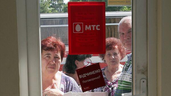 Очередь у салона сотовой связи МТС в Симферополе