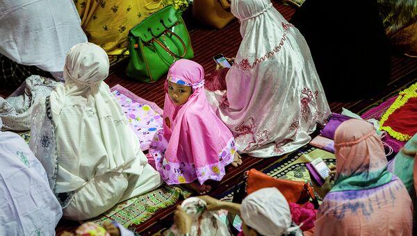 Индонезийские мусульмане в мечети Истикляль, Джакарта, Индонезия
