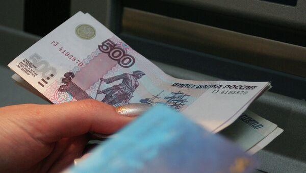 Снятие наличных денег через банкомат. Архивное фото