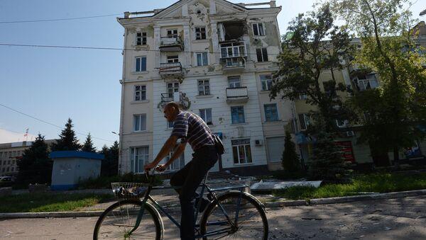 Здание, пострадавшее во время артиллерийского обстрела Краматорска