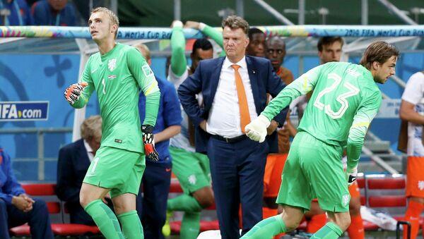 Вратари сборной Нидерландов  Яспер Силлессен (1) и Тим Крул (23) во время замены в матче со сборной Коста-Рики