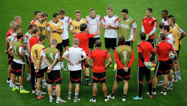 Тренер сборной Германии Йоахим Лев общается с игроками во время тренировки