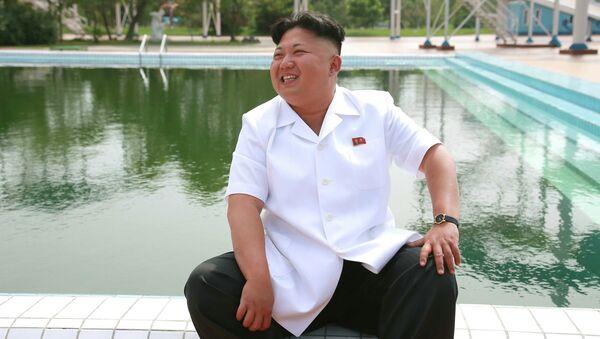 Северокорейский лидер Ким Чен Ын раздает указания во время визита в детский лагерь