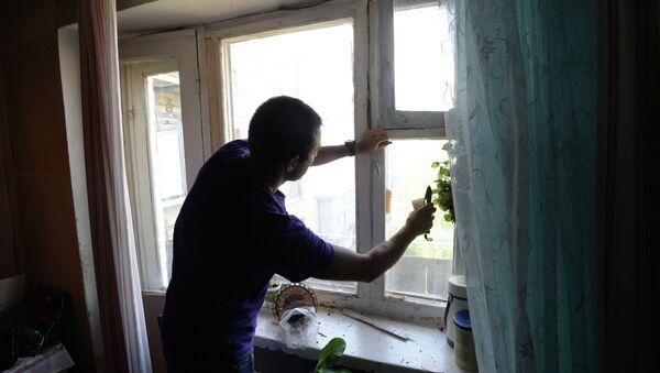 Житель многоквартирного дома в городе Марьинка под Донецком. Архивное фото