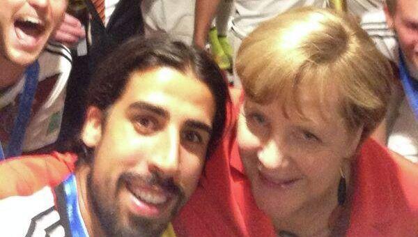 Селфи футболиста сборной Германии Сами Хедира с канцлером Ангелой Меркель и игроками сборной