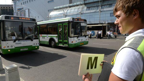 Дополнительные автобусы работают в районе аварии в московском метро. Архивное фото